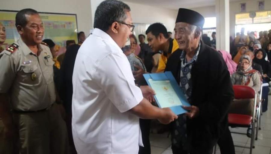 Pembagian Sertifikat Tanah PTSL Desa Cijengkol, Marwan : Pergunakan Sebaik-baiknya Sesuai Harapan Presiden