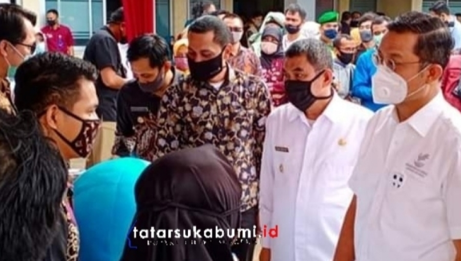 Mensos Juliari Tinjau Pendistribusian BST Covid-19 Desa Benda dan Kutajaya Cicurug Sukabumi