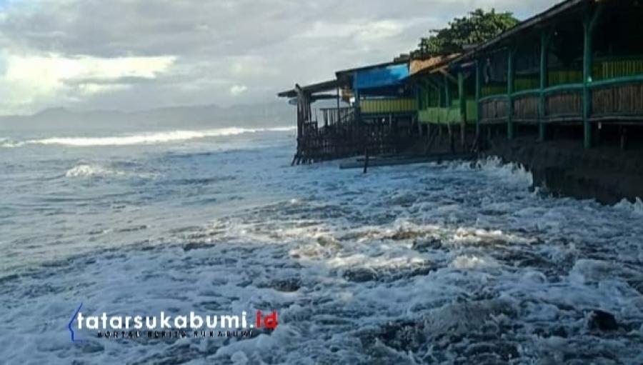 Gelombang Tinggi Laut Terjang Pantai Citepus hingga Karanghawu, Wisatawan Hati-hati