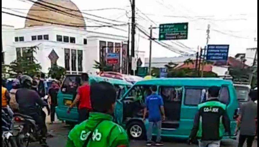Colt Bogoran 'Ngadu Banteng' Angkot Sukabumi Cibadak Rusak Berat