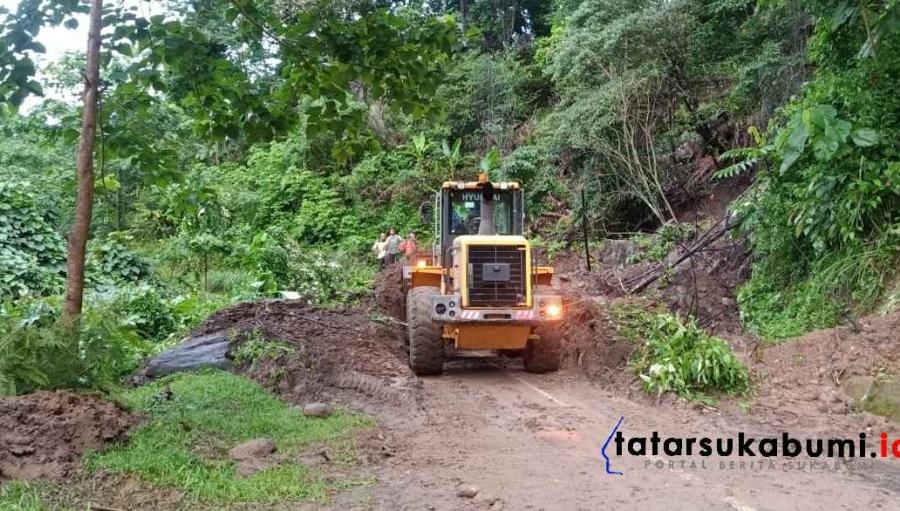 Wisatawan Geopark Ciletuh Tertahan Tidak Bisa Keluar Akses Jalan Tertimbun Longsor
