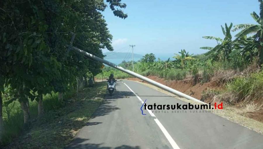 Tiang Listrik Roboh Tutup Akses Jalan Geopark Ciletuh Sukabumi