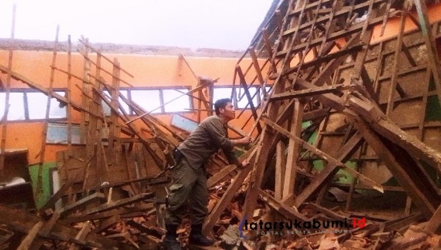 Atap Sekolah Dasar di Sukabumi Ambruk