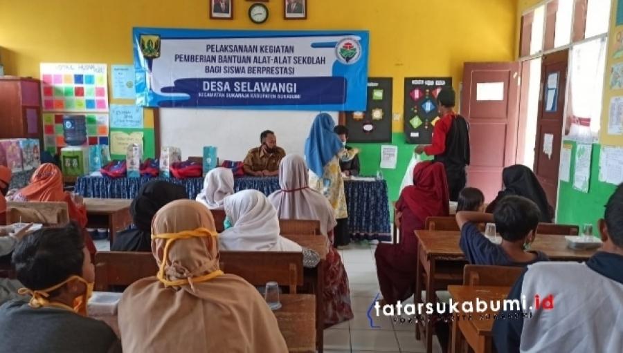 Pemdes Selawangi Sukaraja Salurkan Dana Desa Bantu Pelajar Berprestasi
