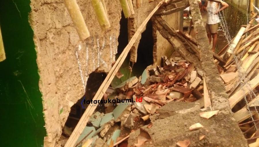 Benteng Ambruk Timpa Rumah Warga Hingga Jebol dan Tutup Akses Jalan Lingkungan di Cibadak