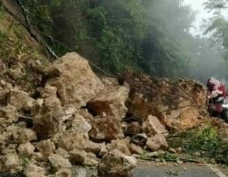 Tebing Ambruk Akses Jalan Sukabumi - Sagaranten Tertutup Material Longsor