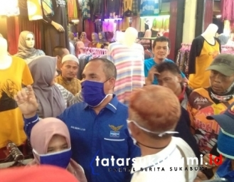 Anggota DPRD Kabupaten Sukabumi Bagi-bagi Masker Warga Pasar Palabuhanratu