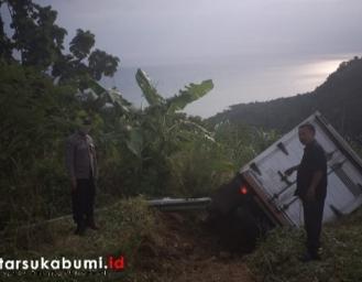 Jalan Curam! Truk Box Sembako Terguling di Kawasan Puncak Aher - Palangpang