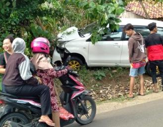 Avanza Tabrak Pohon di Ruas Jalan Surade Ujunggenteng