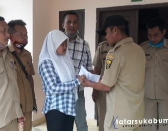 Longsor Terjang 3 Rumah dan 1 Mushola di Seseupan, Para Kades Kecamatan Caringin Bantu Korban
