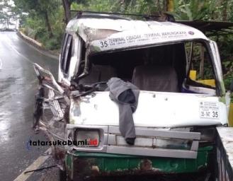 Tabrakan Truk Dengan Angkot di Jalan Raya Sukabumi - Palabuhanratu