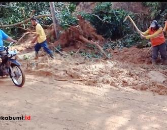 Masuki Musim Penghujan, Dishub Provinsi Jabar Pasang Rambu Tambahan Daerah Rawan Longsor di Sukabumi