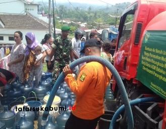 Dampak Kemarau dan Pasokan Air PAM Mati, Koramil 0712 Suplai Air Bersih Masyarakat Parungkuda