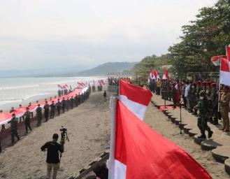 Pengibaran Bendera 75 Meter dan Lepas Liar 75 Anak Penyu di Palabuhanratu Sukabumi