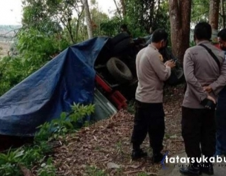 Mobil Pengangkut Logistik Pilkada Serentak 2020 Terbalik di Sukabumi
