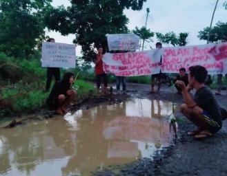 Aksi Protes! Warga Lakukan Aksi Memancing di Jalan Desa Langkapjaya yang Telah Belasan Tahun Rusak