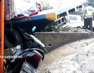 Breaking News! Truk Seruduk Rumah di Cibadak Ternyata Sudah 5 Kali Kecelakaan