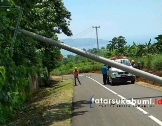 PLN Evakuasi Tiang Listrik Roboh di Jalur Geopark Ciletuh Sukabumi